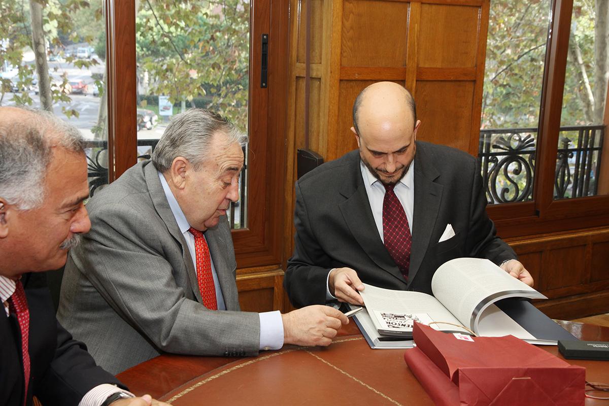 Juan Cayón, rector de la Universidad Nebrija (a la derecha), y Pedro Bejarano, presidente del Colegio de Enfermería de Madrid