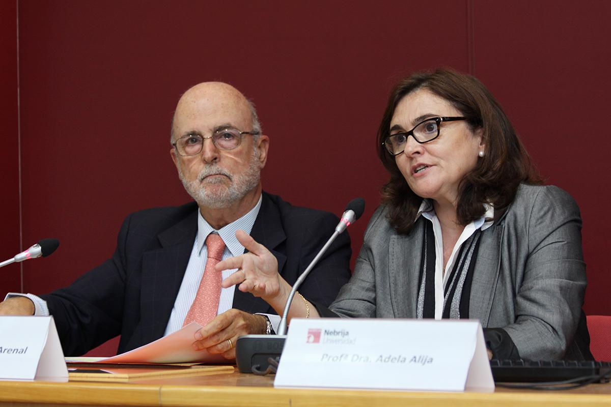 Celestino del Arenal, experto en Relaciones Internacionales,  junto a la profesora Adela Alija