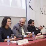 Marta Perlado, decana de la Facultad de Ciencias de la Comunicación, junto al rector Juan Cayón, y el premiado Ángel Sastre