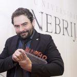 Ángel Sastre, corresponsal especializado en conflictos para Cuatro, La Razón y Onda Cero, recogió el Premio Trayectoria Profesional Antiguo Alumno
