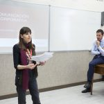 La profesora Mercedes Herrero presenta a Ignacio Mata a los alumnos del máster.