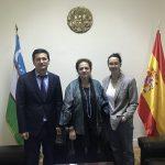 Nabijon Kuvondikov, segundo secretario, de la Embajada de la República de Uzbekistán, junto a la profesora Chele Esteve y la alumna Sara Moradiellos, de Universidad Nebrija.