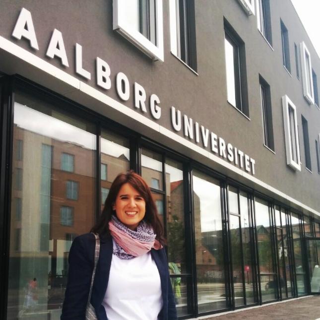 Cristina en la entrada de la Aalborg University